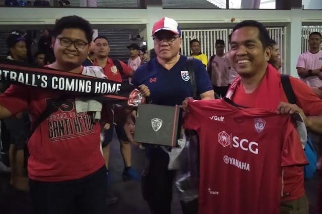 Suporter Thailand Ungkapkan Kesenangannya Dapatkan Jersey Dan Syal Dari Suporter Indonesia