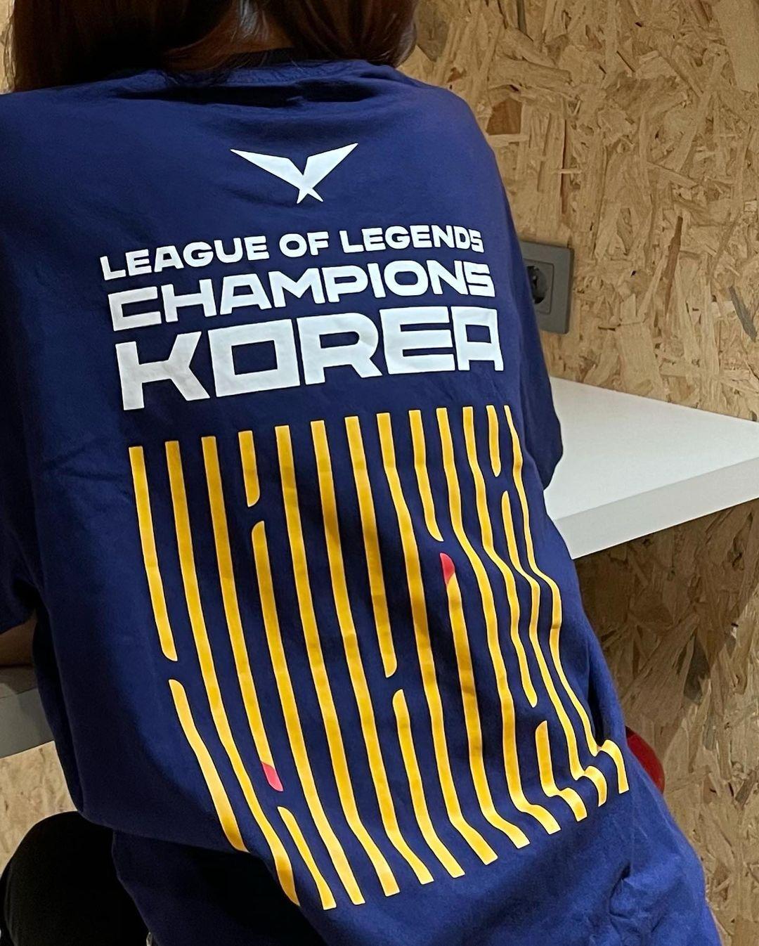 LCK X 맥도날드 콜라보 굿즈 착용한 윤수빈 아나운서 - 꾸르