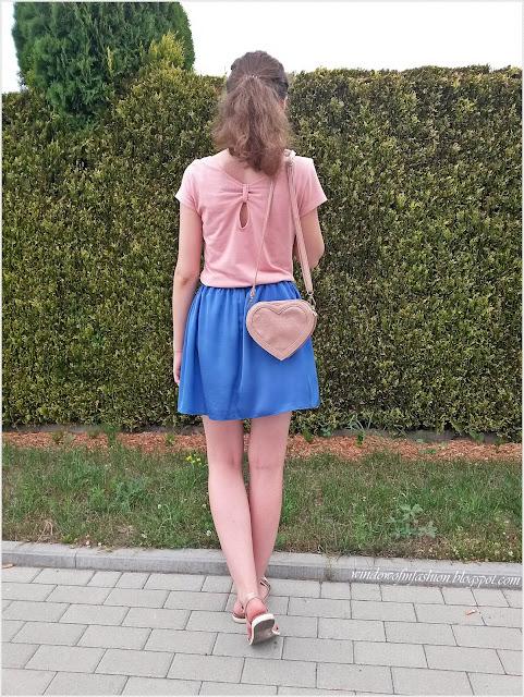 T-shirt, spódniczka, sandały, torebka serce