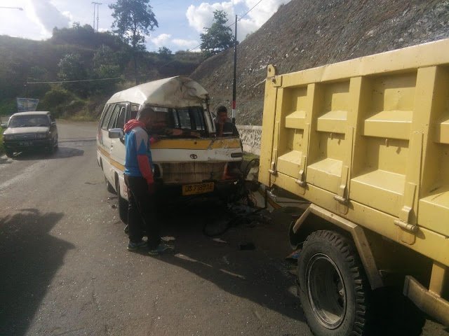 Berkendara Sambil Main HP, Taksi Starwagon Tabrak Truk di Nendali,