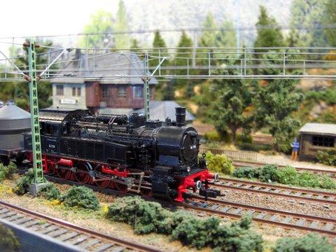Een stoomloc komt station Güterumschlag Adelshof binnenrijden