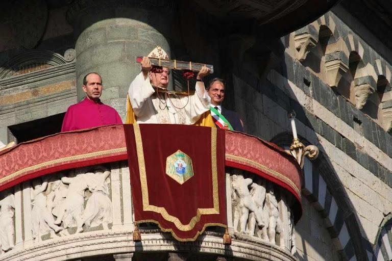 O bispo de Prato expõe à veneração popular o Santo Cinto.  Púlpito externo da catedral de Prato.