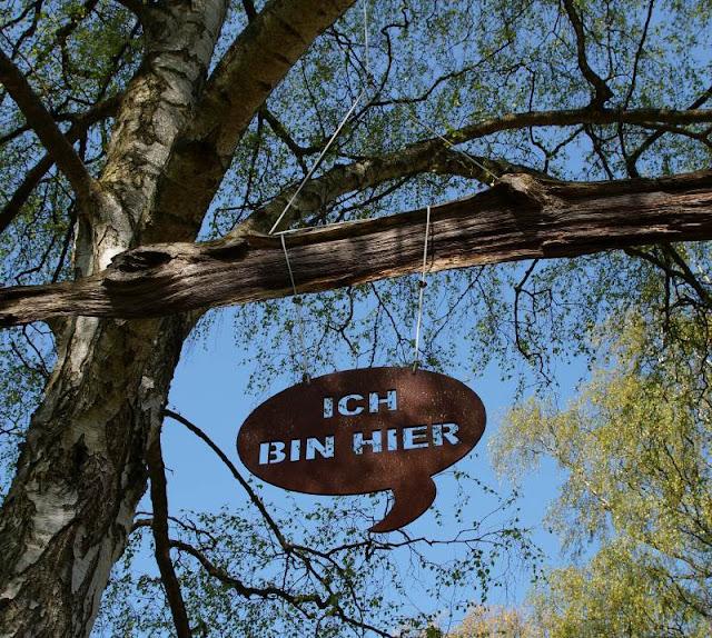 Wo man sein Sternenkind begraben kann: Der Urnenfriedhof Kiel. Schilder und schöne Grabstätten mit viel Natur machen den Friedhof aus.