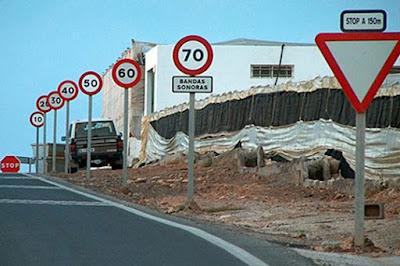Här är det minsann ingen tvekan om hur du ska köra. Verklig skyltning från Almería.