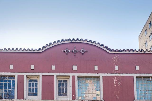 Pequeno edifício na Av. João Gualberto - detalhe de ornamento de ferro na platibanda