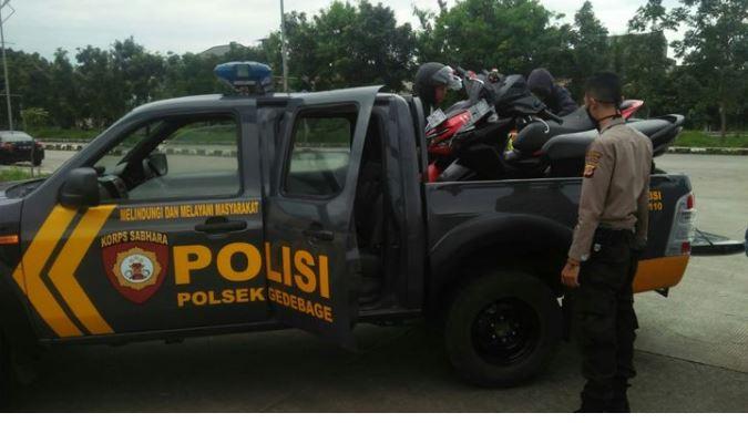 Polsek Gedebage Angkut Motor Pebalap Liar di Depan Stadion GBLA