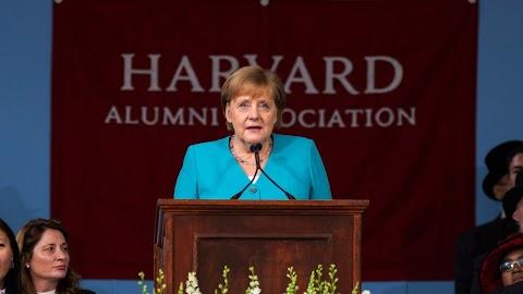 Merkel a közönyösség falának ledöntésére bíztatott a Harvard diplomaosztóján