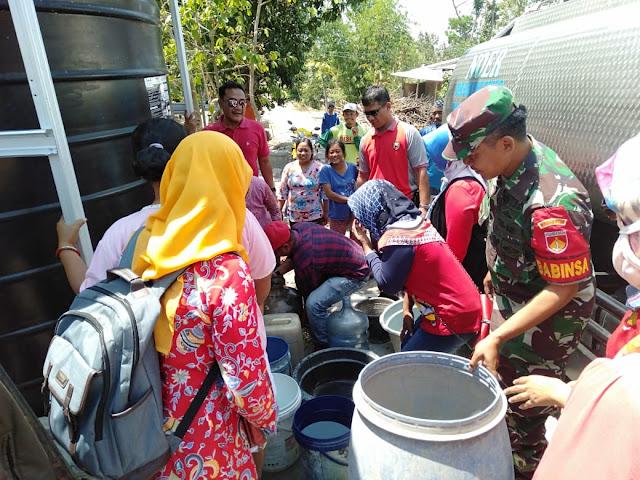 Babinsa Pare Bantu Pendistribusian air bersih di daerah kekeringan