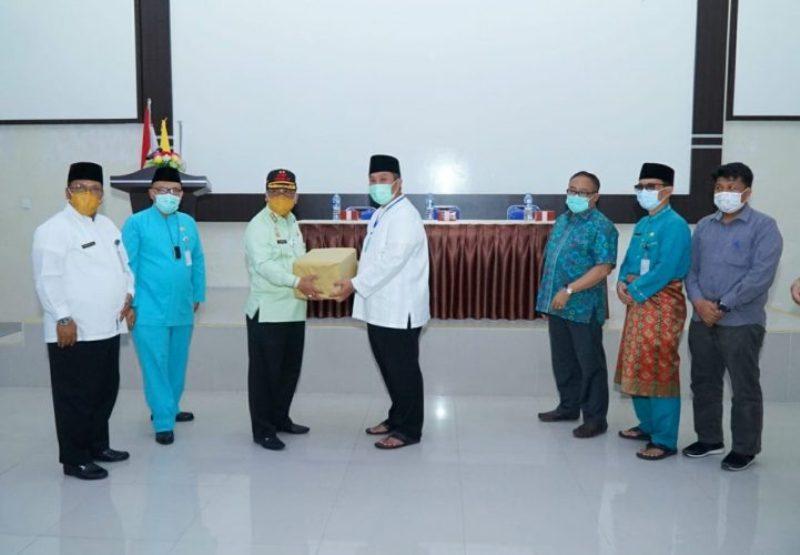 Sekdaprov Kepri Serahkan Peralatan Tes PCR Portable untuk RS Ahmad Thabib Tanjungpinang dan Kota Batam