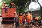 Pasca Banjir Petugas PPSU Kelurahan Cengkareng Barat Bergerak Bersihkan Sampah