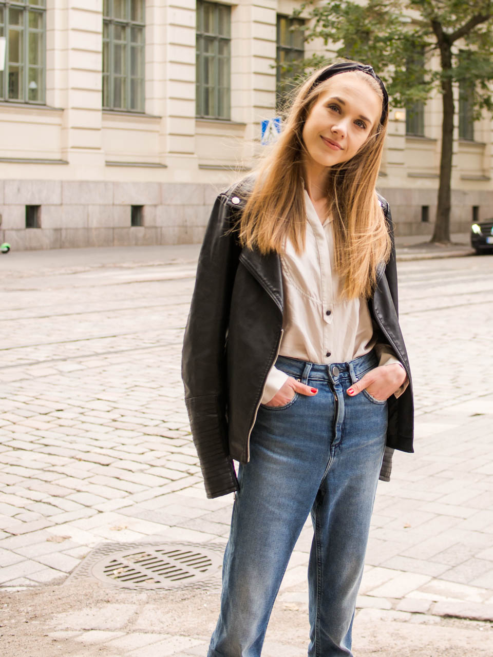 Autumn outfit with leather jacket, satin skirt, mom jeans and headband - Syksyinen asu nahkatakin, satiinipaidan, farkkujen ja hiuspannan kanssa