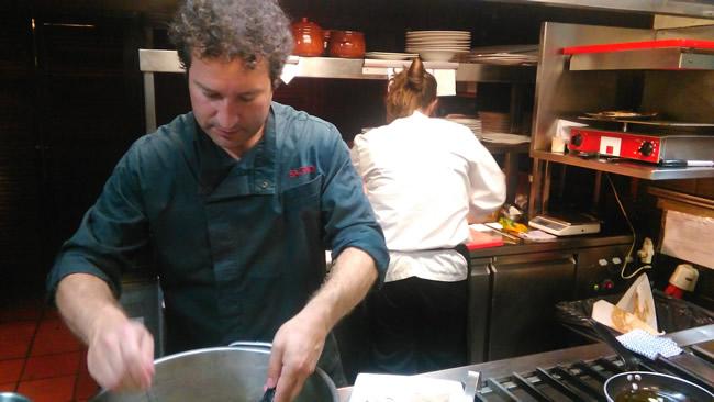 Mikel lopez de viñaspre cocinando un marmitako de atún