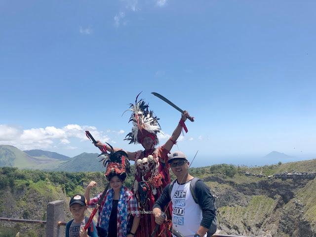Pose Tari Kabasaran di Puncak Mahawu    jelajahsuwanto