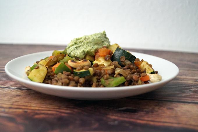 Berglinsen-Gemüse-Pfanne mit selbstgemachten Petersilien-Pesto