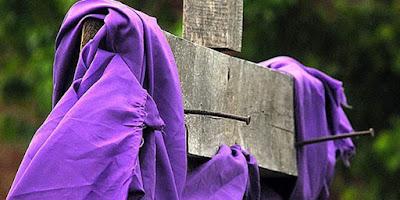 imagem da Cruz com a fronha da cor roxa