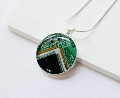 Bandul kalung cantik terbuat dari daur ulang papan sirkuit.