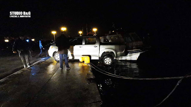 Επιχείρηση στο λιμάνι του Ναυπλίου για αυτοκίνητο που κινδύνευε να πέσει στην θάλασσα (βίντεο)