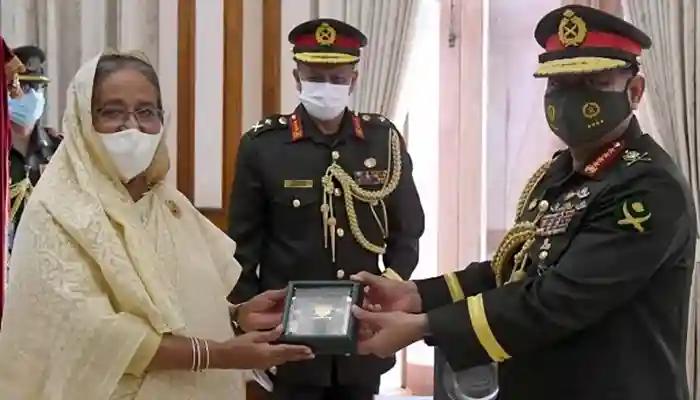 জেনারেল আজিজ আহমেদকে 'সেনাবাহিনী পদক' প্রদান