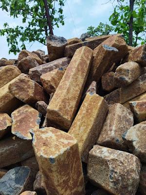 खोदकामात आढळले लावा बेसाल्ट दगडी खांब