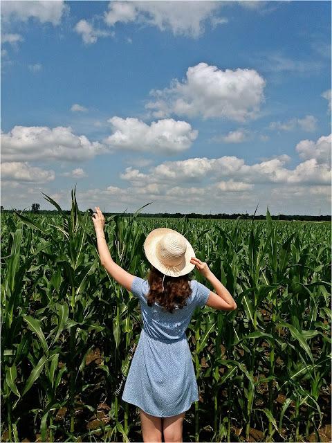 Jasnoniebieska sukienka w serca Cropp, słpmkowy kapelusz TXM Textil Market