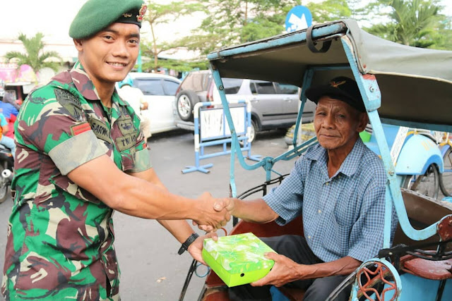 Prajurit Kostrad Berbagi Kebahagiaan dengan Dhuafa di Salatiga