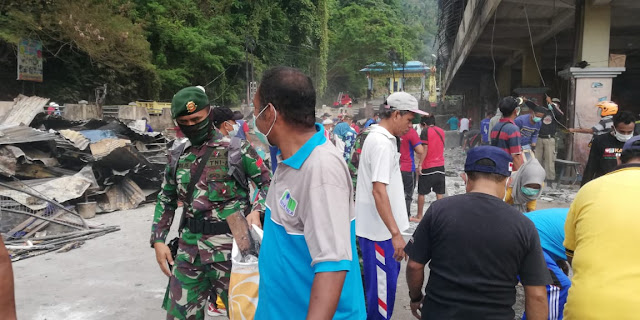 Pasca Rusuh di Sorong, Kostrad Bantu Warga Bersihkan Pasar Tumburuni