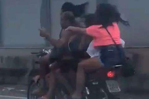 Motociclista é flagrado transportando quatro mulheres em uma moto; veja vídeo