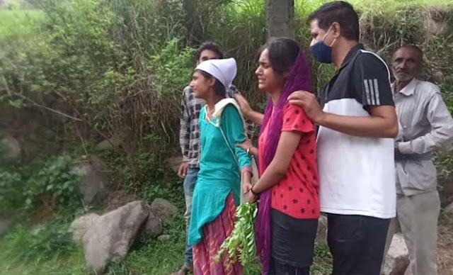 हिमाचलः मां के बाद अब पिता का साया भी सर से उठा, दो बेटियों ने पिता को रोते बिलखते दी मुखाग्नि