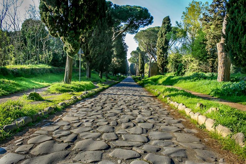 La Vía Apia, una de las más importantes calzadas de la antigua Roma