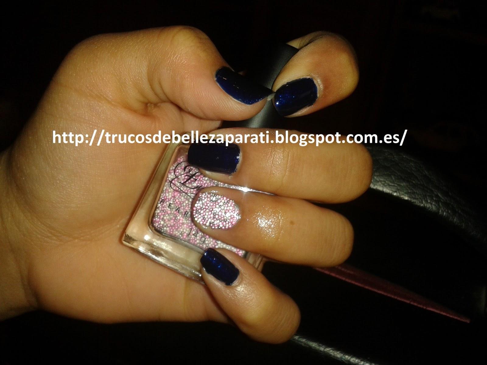 Servi ha utilizado el color azul electrico de la marca Kiko y en la uña del  dedo anular ha colocado las bolas de caviar compradas en Primar 0395b26869e94
