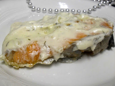 Salmón con eneldo y cubierto de salsa de queso Roquefort