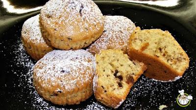 Muffin con uvetta e cioccolato.