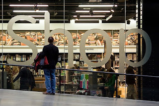 Canal Walk has over 400 stores and its very own television channel, CWTV with 2 giant screens and 32 plasma screens. The mall also has the unique Trading Post and Market Lane, which showcases the work of local retailers and craftsmen as well as views of Table Mountain and Robben Island.
