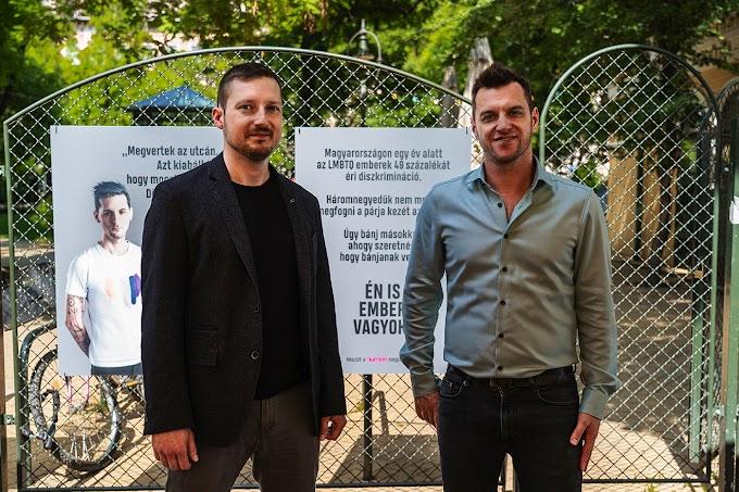 Terézváros momentumos polgármestere egy játszótéren nyitotta meg a homofóbia elleni kiállítást