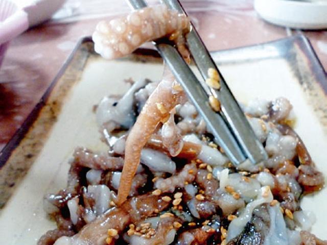 Sannakji makanan khas korea berupa gurita yang masih hidup