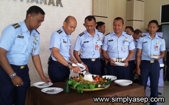 TUMPENG : Sebagian dari sembilan perwira menengah yang naik pangkat didaulat untuk menikmati nasi tumpeng yang sudah disediakan.  Foto Asep Haryono