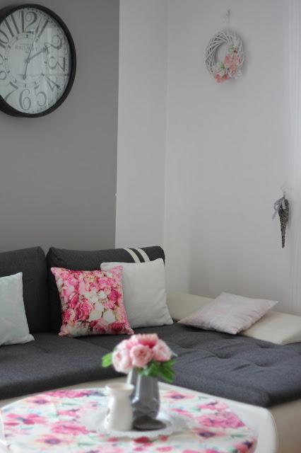 jasny salon, biały salon, poszewka róże kwiaty, białe róże, białe krzesła, biały stół, biały wianek