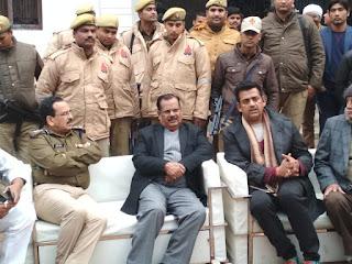 Jaunpur  रविकिशन के घर पहुंचे डीएम, एसपी, जताया शोक