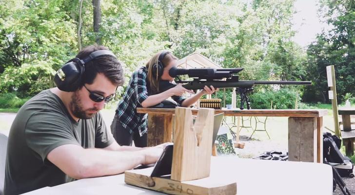 Kendi kendine hedef alan silahı hack'leyen siber güvenli uzmanları Sandvik and Auger'ın görüntüsü