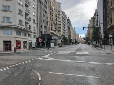 La Gran Vía de Madrid triste sin nadie por el coronavirus