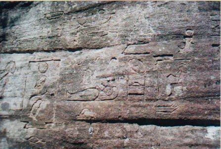 En la imagen se muestran diversas figuras grabadas en piedra y encontradas en Australia. Según un experto, esto tiene una conexión directa con Egipto.