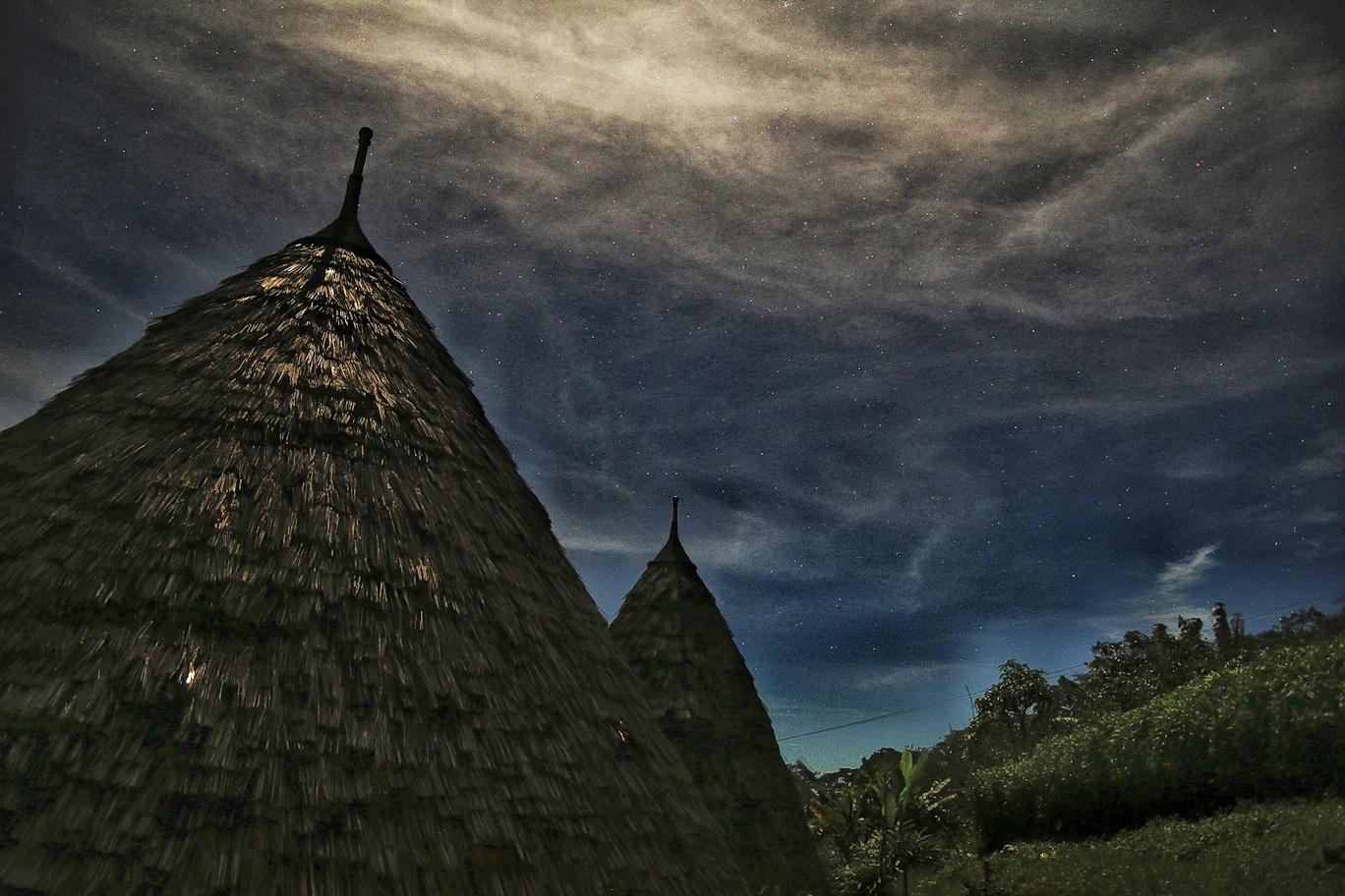 Langit malam di Waerebo terbuka luas karena minim polusi cahaya