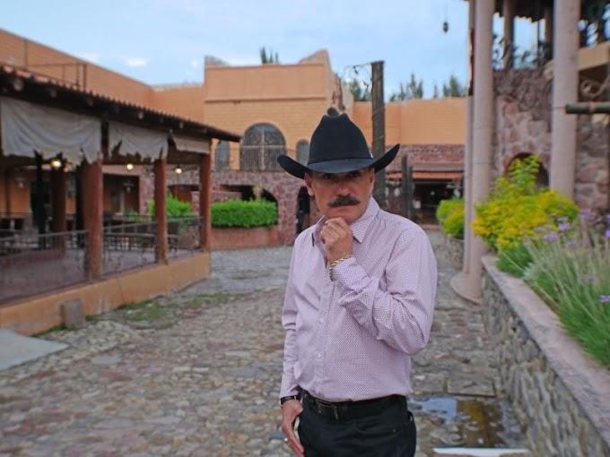 """Caballos, mariachi y grandes éxitos: """"Chapo de Sinaloa"""" se prepara para el concierto virtual en su rancho"""