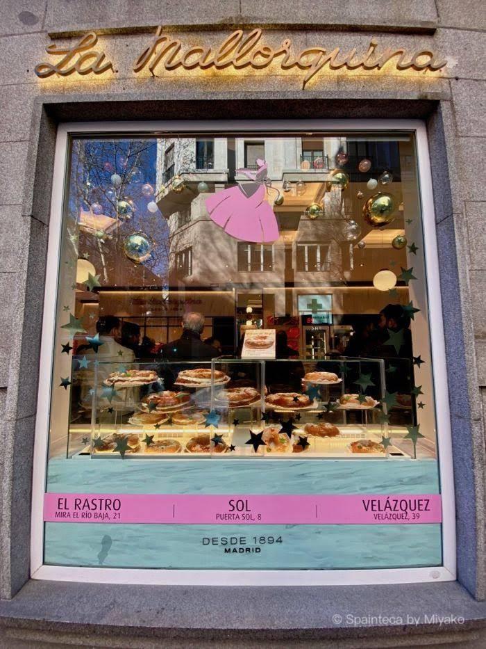 La Mallorquina ラ・マヨルキナの王様のケーキが可愛く飾られたショーウインドー