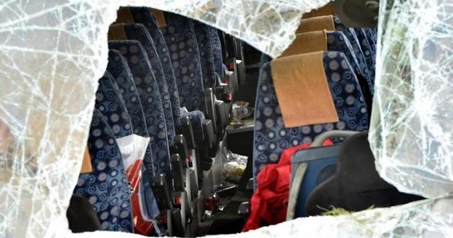 Tragédia: többen meghaltak, miután a csatornába csapódott egy kisbusz