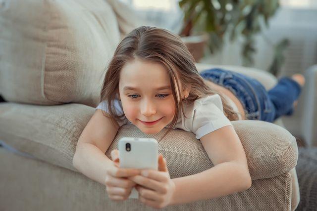 دراسة: 87٪ من الأطفال يستخدمون الهواتف أكثر من الوقت المحدد لعمرهم