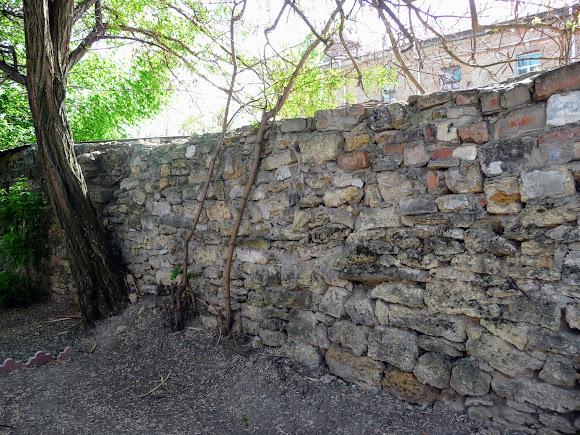 Херсон. Територія палацу культури. Кам'яна кладка