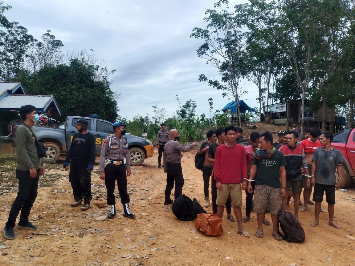 Tim Gabungan Polda Jambi berhasil mengamankan 17 orang pelaku yang diduga melakukan pengeboran sumur minyak Ilegal