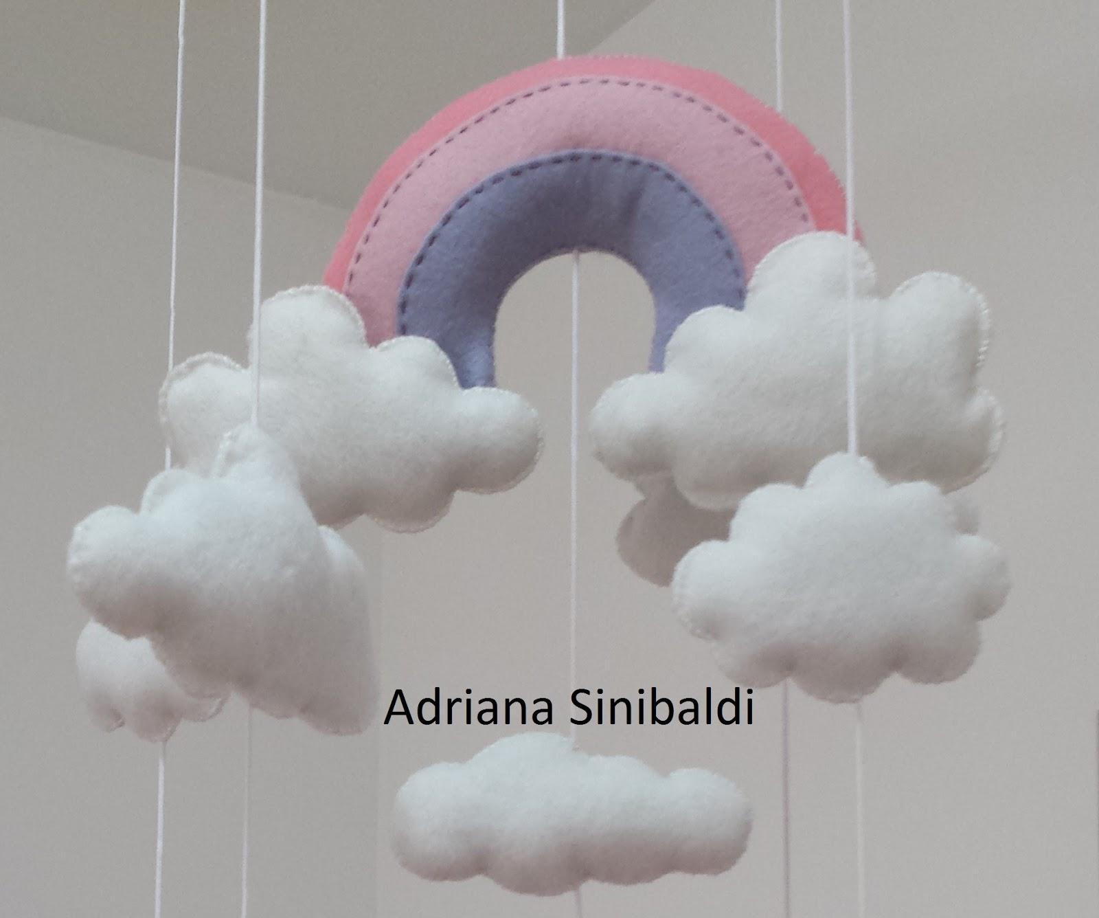 Adri Sinibaldi Scrapbook Móbile Batismo ou Bebê Arco Íris e Balões em Feltro