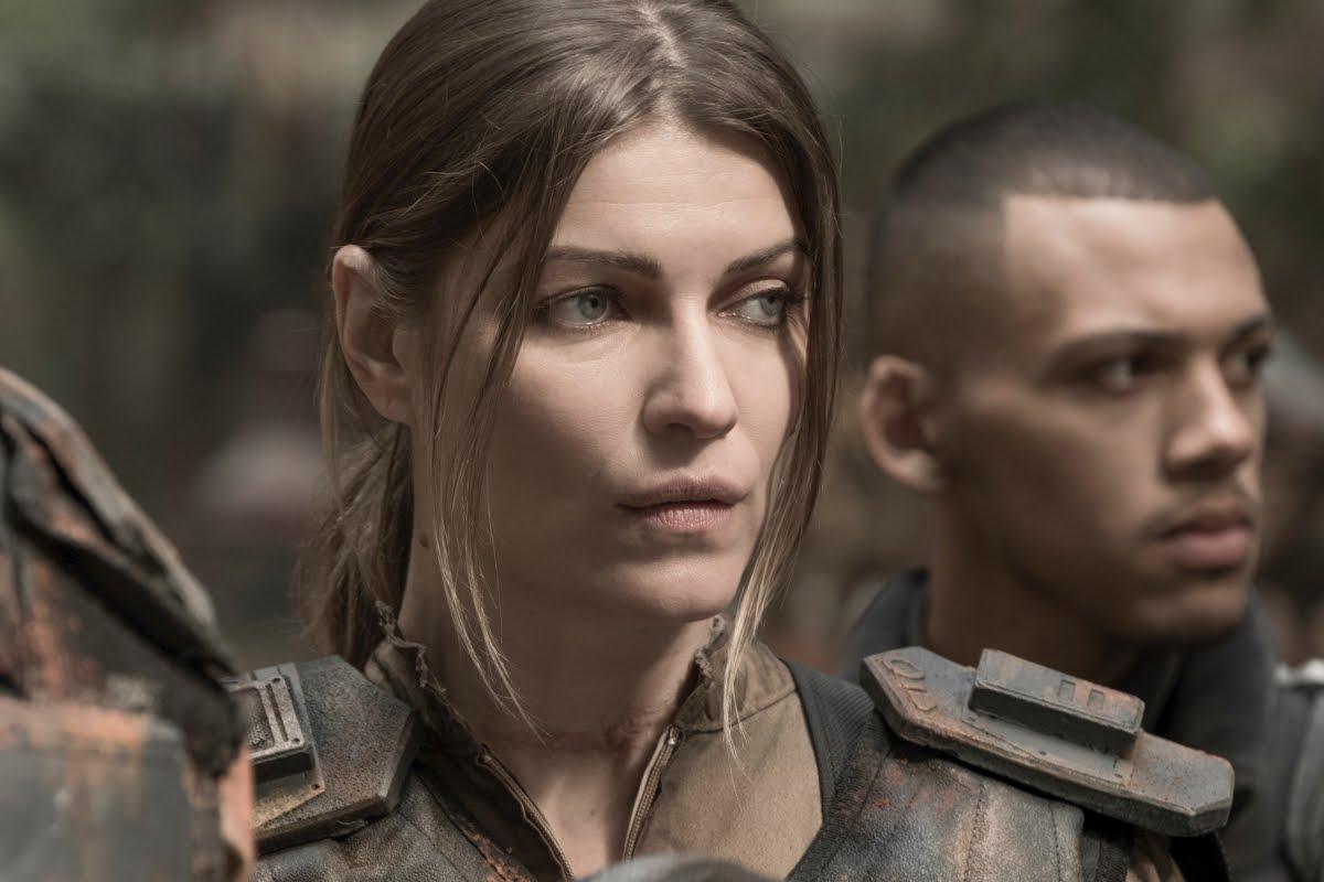 The 100' Season 5 Premiere Photos: Clarke Struggles to Survive